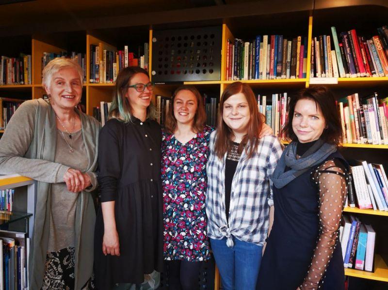 Iš kairės: teatro kritikė Rūta Oginskaitė, teatrologė ir dramaturgė Kristina Steiblytė, scenos menų kritikė Aušra Kaminskaitė, scenos menų kritikė Rima Jūraitė, teatrologė Ramune Balevičiūtė. Karinos Metrikytės nuotrauka