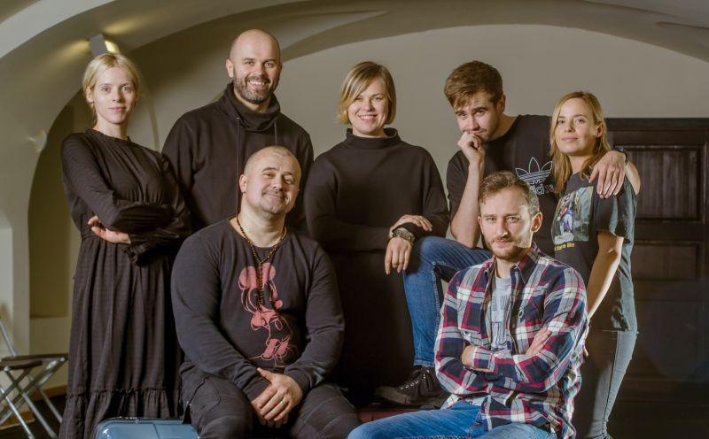 """Spektaklio """"Tik suaugusiems"""" kūrybinė komanda. Dainiaus Putino nuotrauka"""