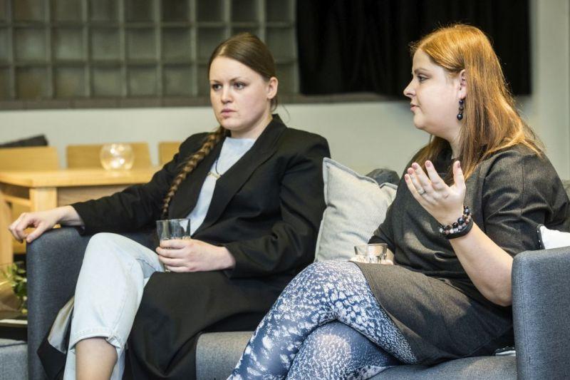 """""""Meno raktu"""" apdovanota """"Operomanijos"""" prodiuserė, festivalio """"Naujosios operos akcija"""" organizatorė Ana Ablamonova (kairėje), """"Teksto raktu"""" apdovanota operos teatro ir scenos menų kritikė Rima Jūraitė (dešinėje). Dmitrijaus Matvejevo nuotrauka"""