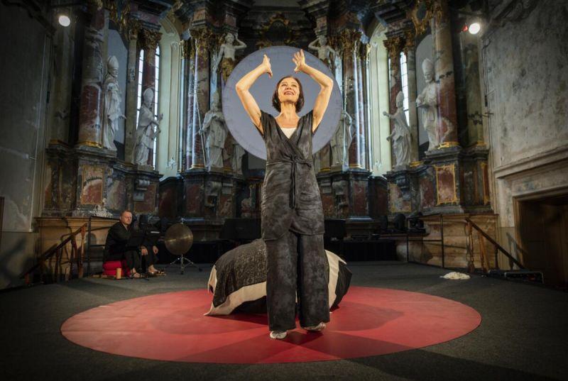 """Scena iš spektaklio """"Buda palėpėje"""", režisierė ir aktorė Birutė Mar. Dmitrijaus Matvejevo nuotrauka"""