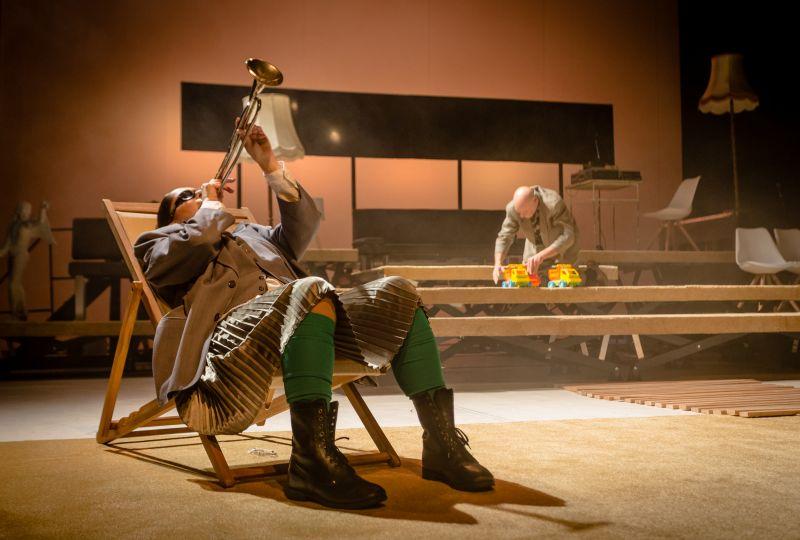 """Scena iš spektaklio """"Fizikai"""", režisierius Artūras Areima. Tado Povilonio nuotrauka"""