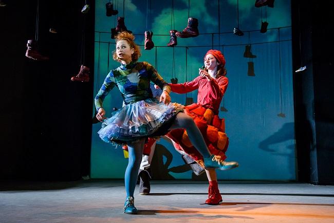 """Scena iš spektaklio """"Mano batai buvo du"""", režisierė Gintarė Latvėnaitė. Lauros Vansevičienės nuotrauka"""
