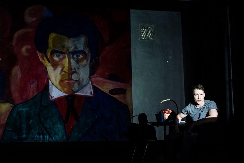 """Raimondas Klezys monospektaklyje """"Dulkėti veidrodžiai"""". Lauros Vansevičienės nuotrauka"""