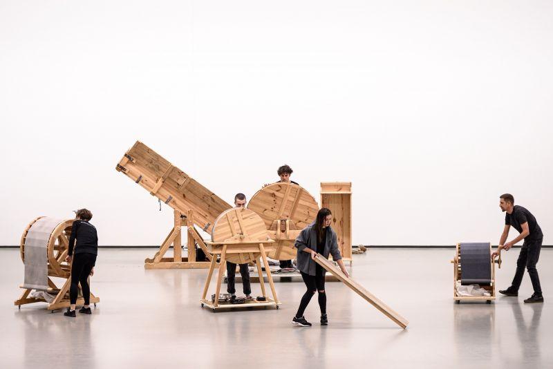 """Akimirka iš garso menininko Arturo Bumšteino barokinio teatro triukšmų mašinų performanso """"Navigacijos"""". Martyno Aleksos nuotrauka"""