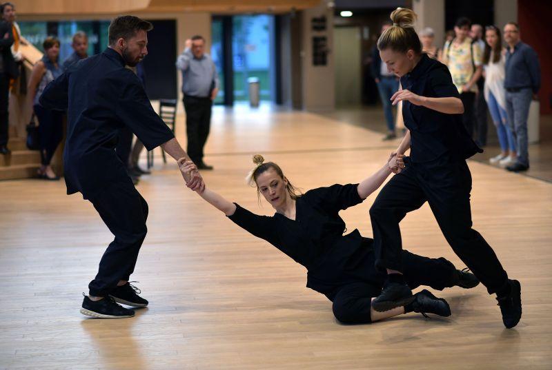 """Scena iš šokio spektaklio """"Atstumo mechanika"""". Organizatorių archyvo nuotrauka"""