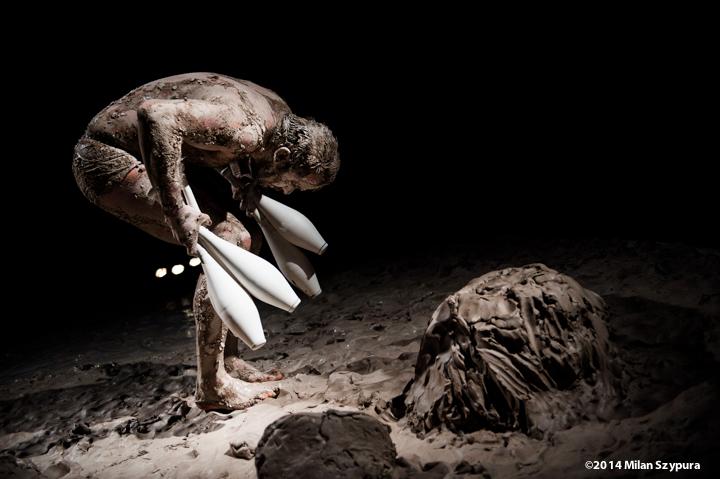 """Akimirka iš spektaklio """"Molio žmogus"""", prancūzų trupė """"Le Jardin des Délices"""". Milan Szypura nuotrauka"""