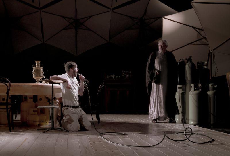 """Scena iš spektaklio """"Saulės vaikai (rež. Laura Groza). Mārtiņš Vilkārsis nuotrauka"""