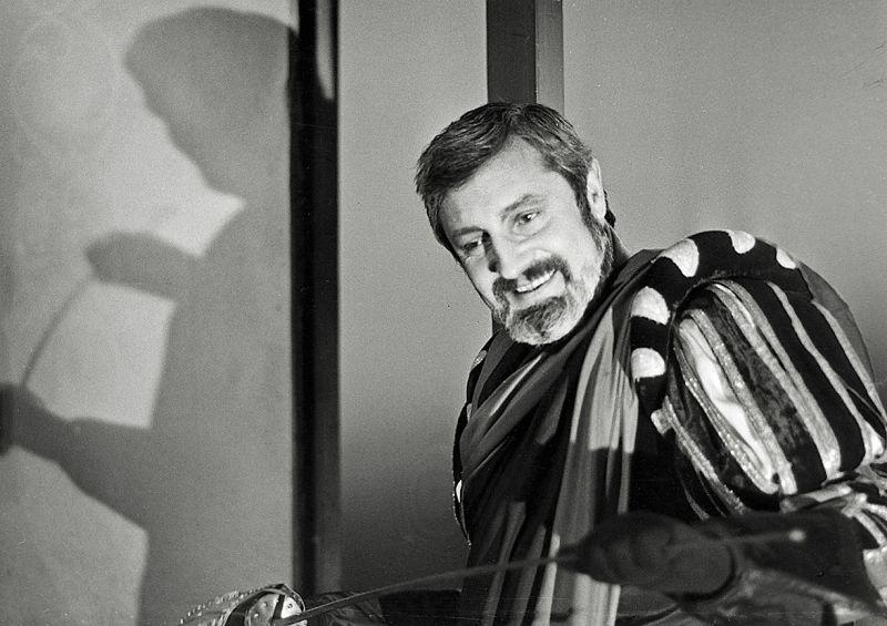 """Vaclovas Daunoras Mefistofelio vaidmenyje (Charles'io Gounod opera """"Faustas""""). Nuotrauka iš Lietuvos teatro, muzikos ir kino muziejaus archyvo"""