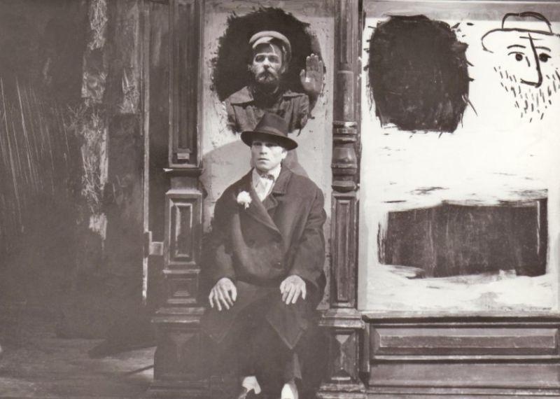 """Scena iš spektaklio """"Pirosmani, Pirosmani..."""", režisierius Eimuntas Nekrošius. Nuotrauka iš Jaunimo teatro archyvo"""