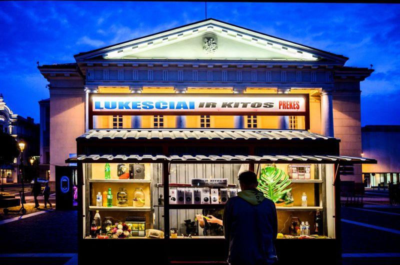"""Akimirka iš meno kiosko """"Lūkesčiai ir kitos prekės"""", autoriai Eglė Mikulionytė ir Liudas Parulskis. Dmitrijaus Matvejevo nuotrauka"""