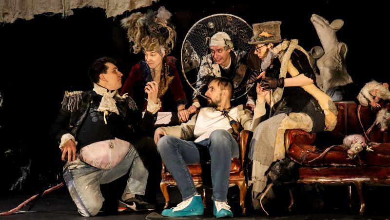 """Scena iš spektaklio """"O Viešpatie, Lietuva!"""" (rež. Ainis Storpirštis) repeticijų. Nuotrauka iš Vilniaus teatro """"Lėlė"""" archyvo"""