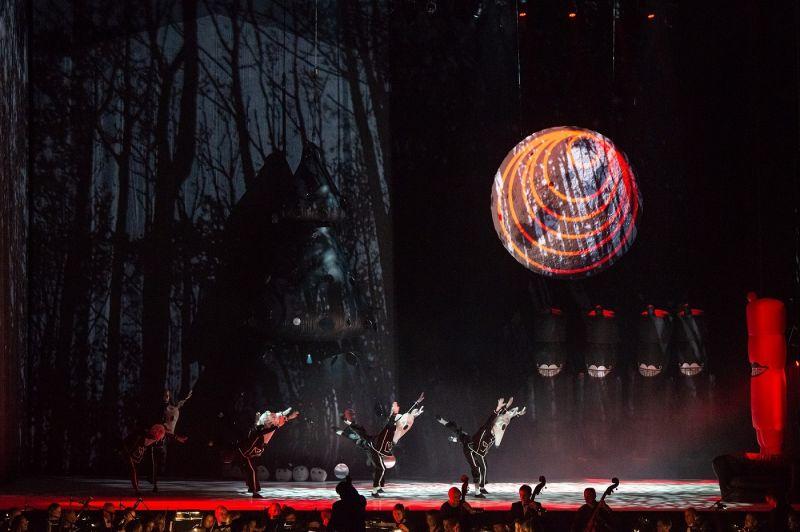 """Scena iš šokio spektaklio """"Spragtukas"""", choreografas Kirilas Simonovas. Martyno Aleksos nuotrauka"""