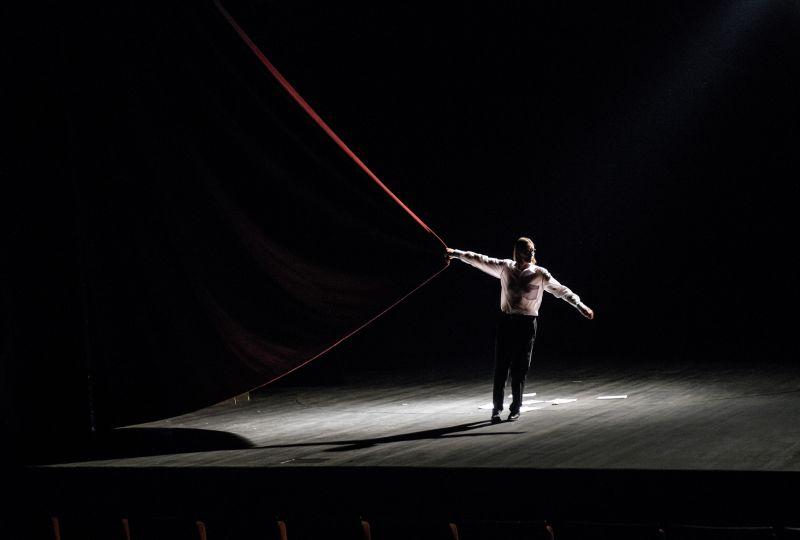"""Akimirka iš spektaklio """"Sau pačiam"""", režisierius Audronis Liuga, aktorė Viktorija Kuodytė. Lauros Vansevičienės nuotrauka"""