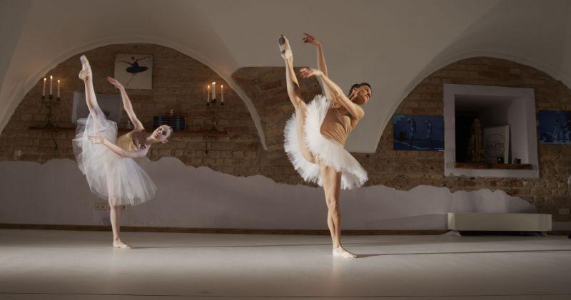 Mokinė - jaunoji baleto šokėja Amelija Keršanskaitė. Jos mokytoja ir filmo idėjos autorė - Marija Simona Šimulynaitė. Nuotrauka iš BBT archyvo