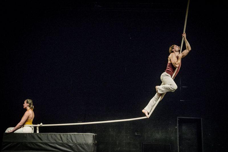 """Trupės """"Taigi cirkas"""" spektaklis """"Try again"""", artistai Elena Kosovec ir Konstantinas Kosovecas (Naujojo cirko savaitgalis, 2017). Dmitrijaus Matvejevo nuotrauka"""