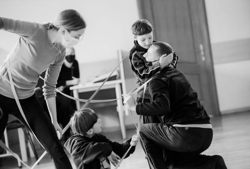 """Akimirka iš kūrybinių užsiėmimų kartu su Vilniaus """"Šilo"""" specialiosios mokyklos auklėtiniais. Dainiaus Putino nuotrauka"""