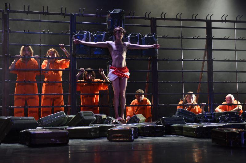 """Scena iš spektaklio """"Mūsų smurtas ir jūsų smurtas"""", režisierius Oliveris Frljićius. Alexi Pelekanos nuotrauka"""