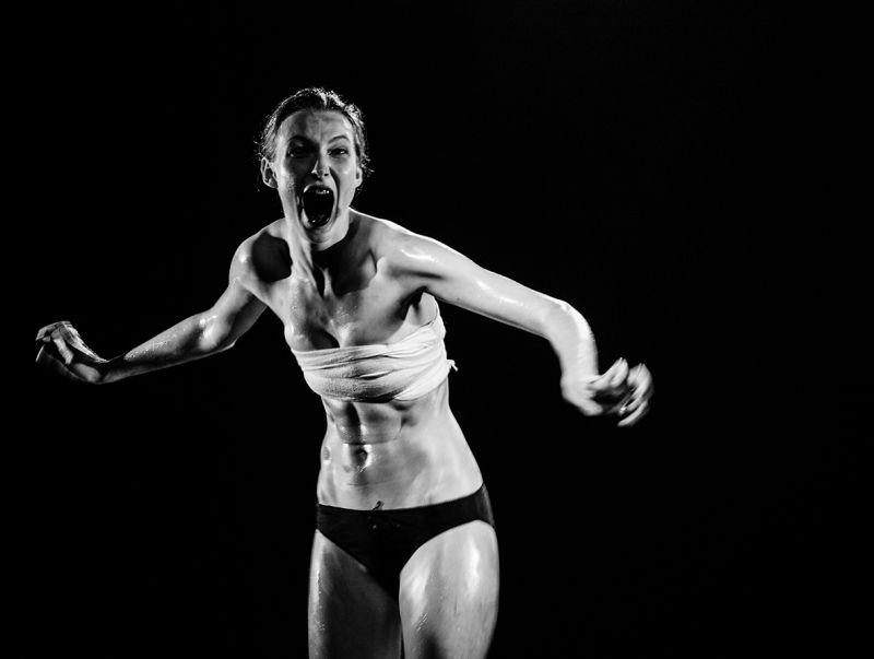 """Adelė Šuminskaitė spektaklyje """"Trans Trans Trance"""". Tomo Ivanausko nuotrauka"""