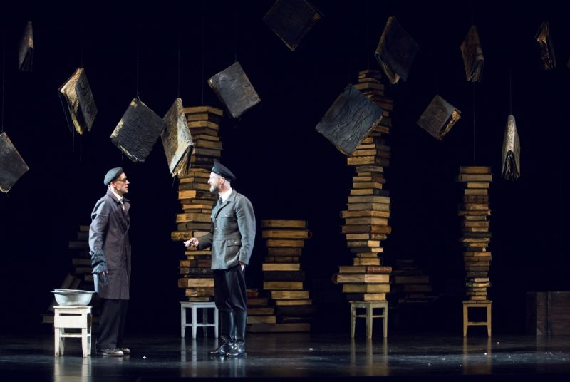 """Dainius Svobonas (Krukas) ir Sigitas Šidlauskas (Gensas) spektaklyje """"Getas"""". Donato Stankevičiaus nuotrauka"""