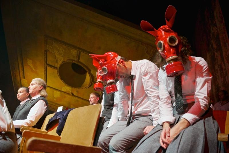 """Nuo emociškai paveikios kalbos apie Holokaustą teatras išsisuko teatriniu būdu. """"Mūsų klasė"""". Mikko Waltari nuotrauka"""