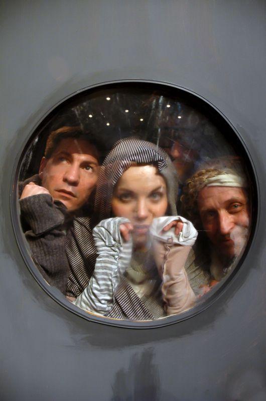 """Alytaus teatras politiniame kosmose. Scena iš spektaklio  """"Krakatukai mėnulyje"""". Alytaus teatro nuotrauka"""