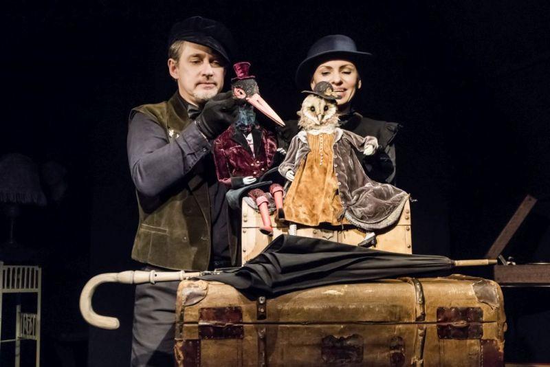 """Scena iš spektaklio """"Raudonoji knyga"""". Aktoriai: Deivis Sarapinas ir Andžela Vitauskaitė. Dmitrijaus Matvejevo nuotrauka"""