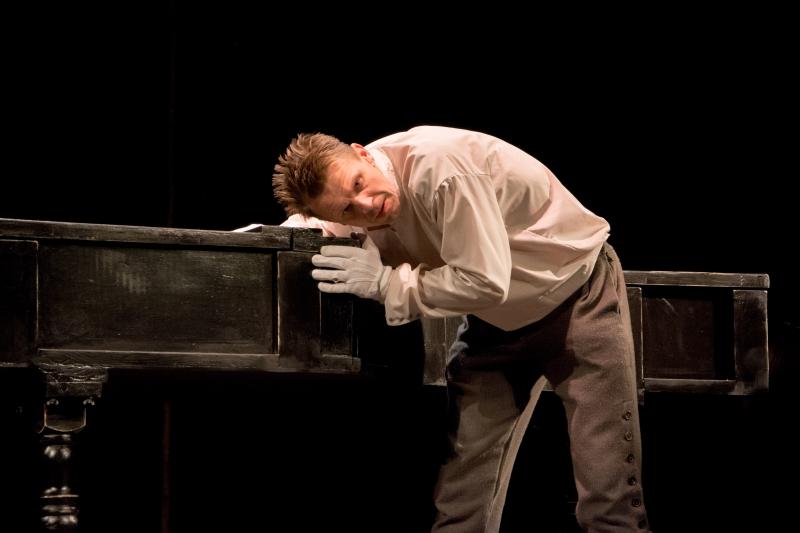 """Rolandas Kazlas Vilniaus teatro """"Lėlė"""" spektaklyje """"Ne pagal šio pasaulio madą"""". Imanto Preco (teatras """"Lėlė"""") nuotrauka"""