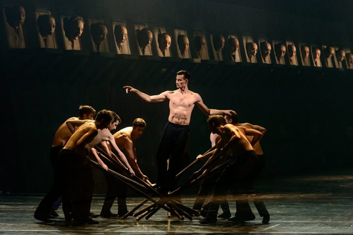 """Scena iš šokio operos """"Amžinybė ir viena diena"""". Tėvas - Jonas Laucius. Martyno Aleksos nuotrauka"""