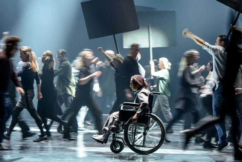 """Scena iš spektaklio """"Amžinybė ir viena diena"""". Martyno Aleksos nuotrauka"""