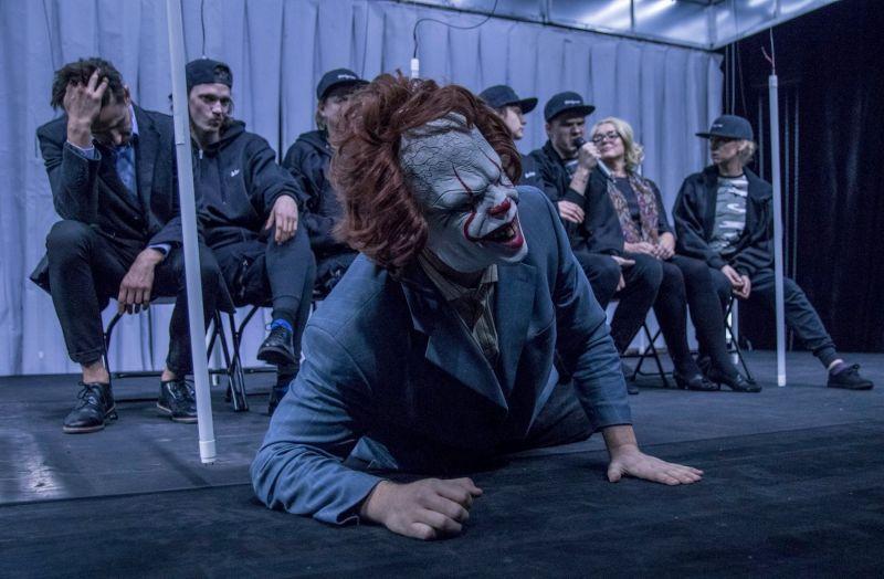 """Scena iš spektaklio """"Mūsiškiai"""", režisierius Artūras Areima. Arvydo Gudo nuotrauka"""