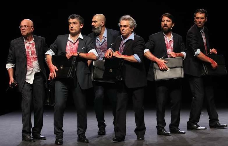"""Spektaklyje """"Julijus Cezaris"""" – valdžios vyrai susitepę krauju ir nepaleidžiantys portfelių. Thomas Daskalakis nuotrauka"""