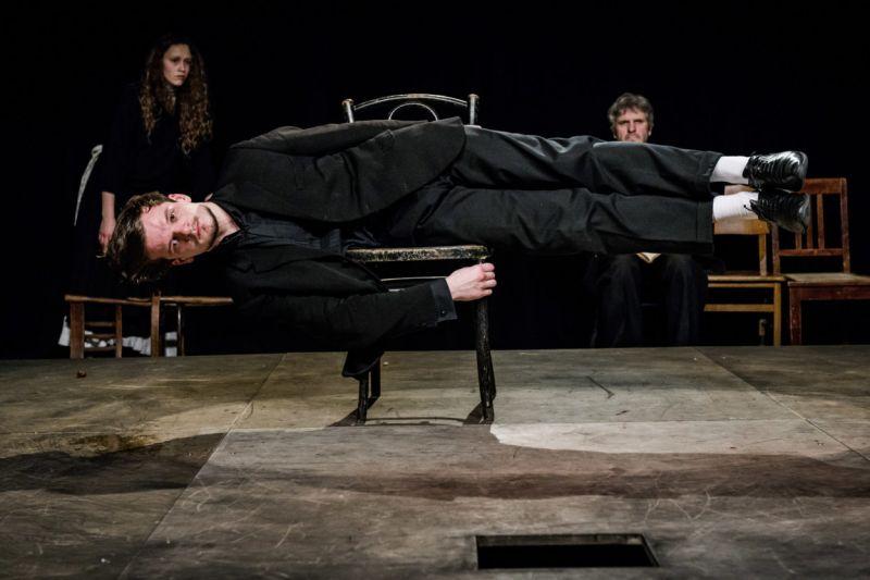 """Scena iš spektaklio """"Miego brolis"""", režisierius Adomas Juška. Lauros Vansevičienės nuotrauka"""