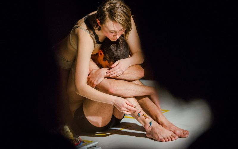 "Sandrina Lindgren ir Ishmael Falke spektaklyje ""Nematomi kraštai"". Dainiaus Putino nuotrauka"