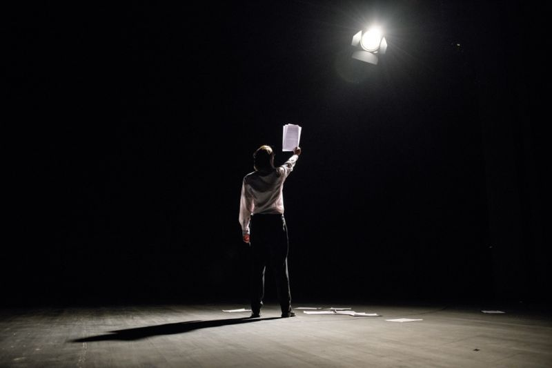"""Scena iš monospektaklio """"Sau pačiam"""", aktorė Viktorija Kuodytė, režisierius Audronis Liuga. Lauros Vansevičienės nuotrauka"""