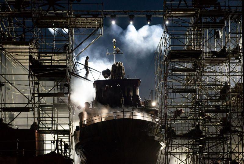 """Scena iš operos """"Skrajojantis olandas"""", spektaklio koncepcijos autorius ir režisierius Dalius Abaris, antrasis režisierius Gediminas Šeduikis. Martyno Aleksos nuotrauka"""