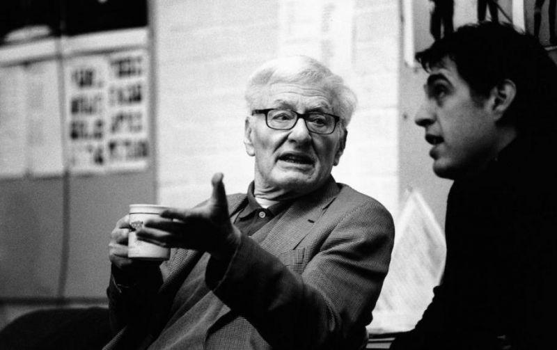 Peteris Shafferis stebi repeticiją Nacionaliniame teatre Londone. Nuotrauka iš nationaltheatre.org.uk