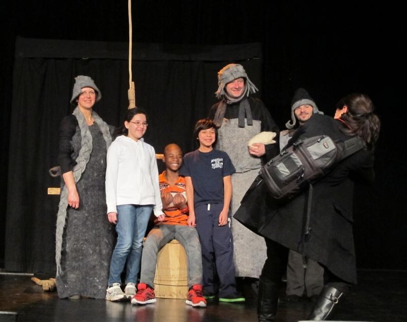 """Po spektaklio publika fotografuojasi su """"Gandro dovanos"""" atlikėjais. Stalo teatro nuotrauka"""