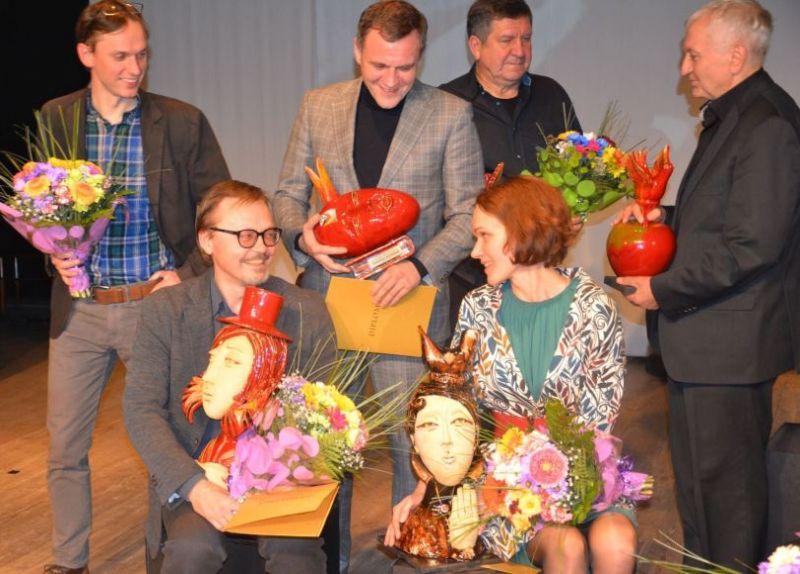 Festivalio laureatai su apdovanojimais. Varėnos savivaldybės archyvo nuotrauka