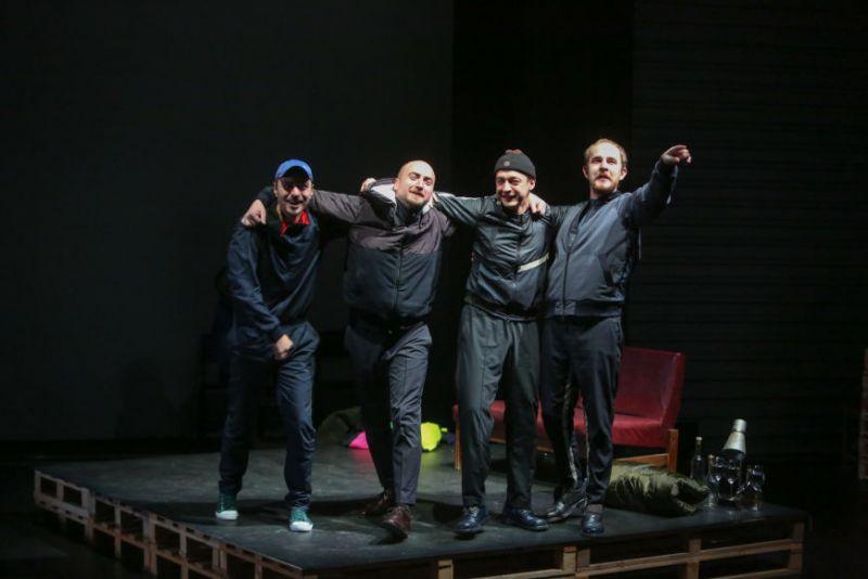 """Scena iš spektaklio """"Bedalis ir Labdarys"""". Juliaus Kalinsko (15min.lt) nuotrauka"""