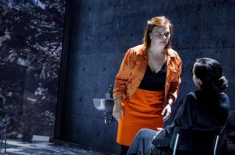 Aktorės Lisa Hrdina (liudytoja Franziska Meiser) ir Almut Zilcher (pirmininkė). Arno Declair nuotrauka iš deutschestheater.de