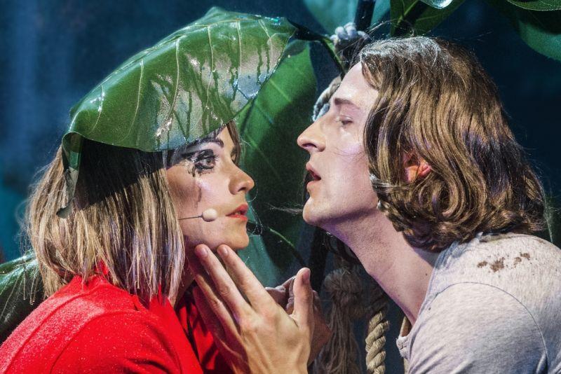 Šen Te ir Jang Suno įsimylėjimo sceną per lietų vaidina Jurga Šeduikytė ir Sergejus Ivanovas. Dmitrijaus Matvejevo nuotrauka