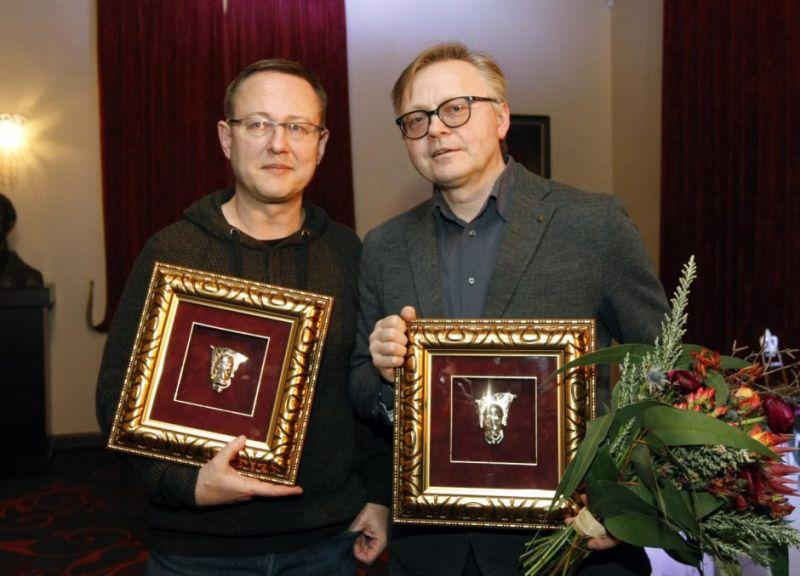Dramaturgas Gintaras Grajauskas ir aktorius Darius Meškauskas su apdovanojimais. Vytauto Liaudanskio (klaipeda.diena.lt) nuotrauka