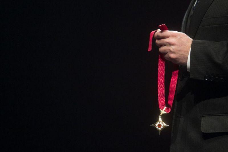 Scenos kryžius sukurtas kaip savotiška replika valstybiniams apdovanojimams. Irmanto Gelūno (15min.lt) nuotrauka