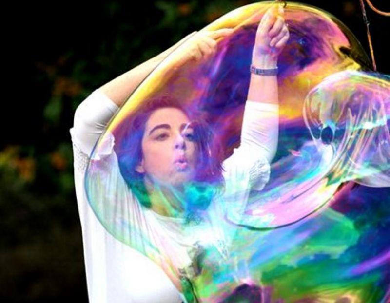 Yael Batenosh iš Izraelio atsiveš du lagaminus neįtikėtino dydžio muilo burbulų. Rengėjų archyvo nuotrauka