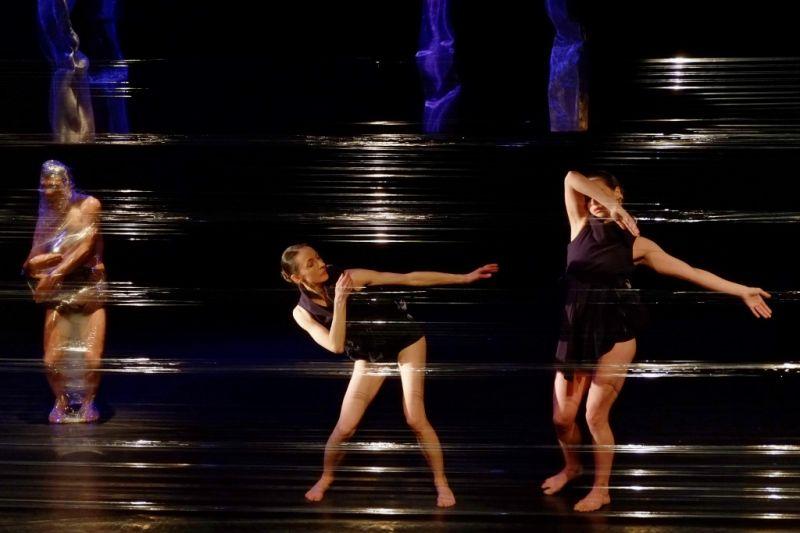 """Goda Laurinavičiūtė (centre) šokio spektaklyje """"Melancholijos bokštai"""". Martyno Aleksos nuotrauka"""