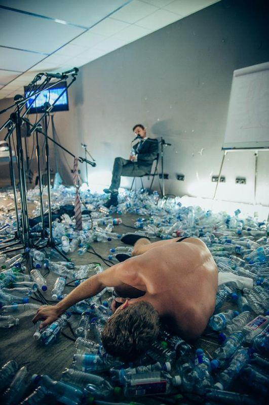 """""""Po ledu"""": instaliacija su kartais prabylančiais kūnais. Manto Puidos nuotrauka"""