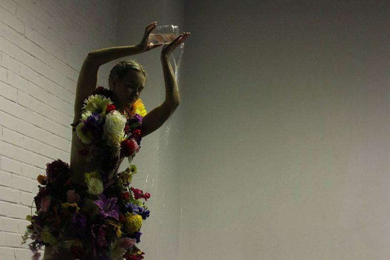 """Kristinos Marijos Kulinič performansas, atliktas """"Winter CREATurE 4x4"""" (Kaunas, 2016). Dainos Pupkevičiūtės nuotrauka"""