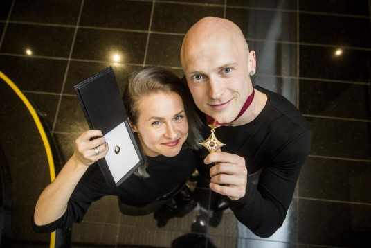 Auksinių scenos kryžių apdovanojimo akimirka: Airida Gudaitė ir Laurynas Žakevičius. Nuotrauka iš lcda.lt