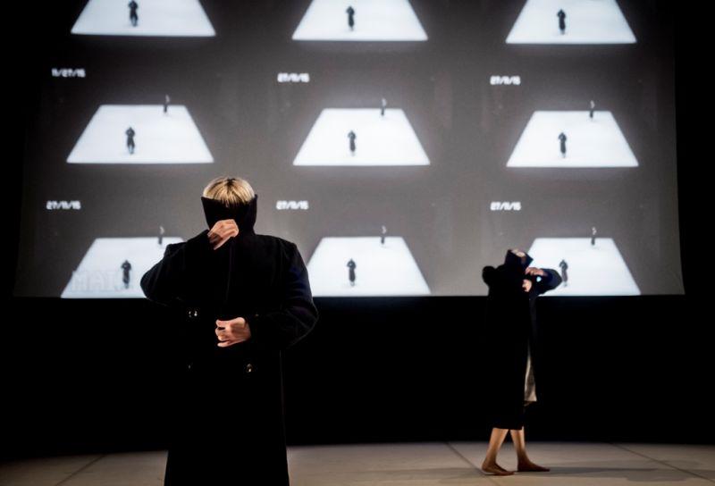 """Spektaklyje """"Akloji dėmė"""" paltai leidžia šokėjoms įsijausti į """"matau / nematau"""" žaidimus. Dmitrijaus Matvejevo nuotrauka"""