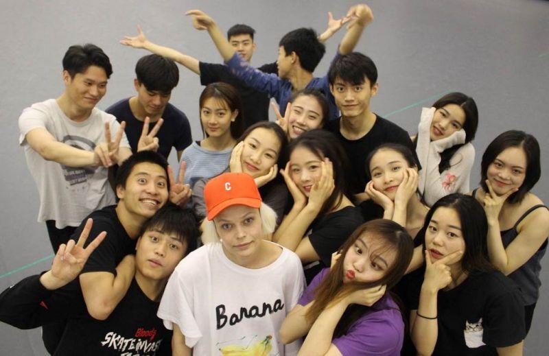 Rūta Butkus (centre) ir jos mokiniai  Hangdžou muzikos konservatorijoje. Rengėjų archyvo nuotrauka